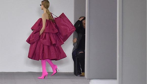 """【巴黎时装周】为了主导未来半年的趋势 这几个品牌的新作使出""""必杀技"""""""