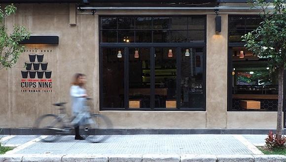 希腊这家咖啡厅的店铺空间可变大变小 你能破解其中的玄机吗?