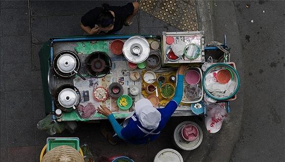 曼谷街头小吃的美味并没有那么传奇,人们只是喜欢这一道街市风景