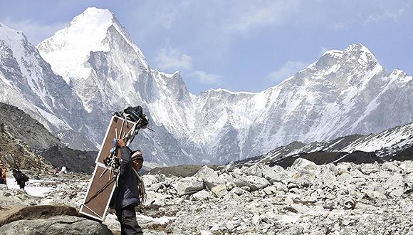 2014-2015年未能登顶的登山者回归,今年珠穆朗玛峰登山人数创新高