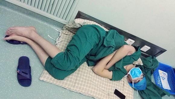 连续工作28小时,这位外科医生在地板上睡着了