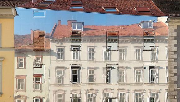 这三幢造型普通的房子都有奇怪的墙