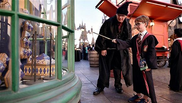 哈利波特电影早就落幕 可黑袍围巾至今还卖得可好了