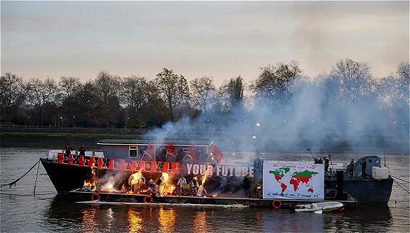 """伦敦才庆祝庞克四十周年 西太后母子便很不给面子地""""火烧庞克船"""""""