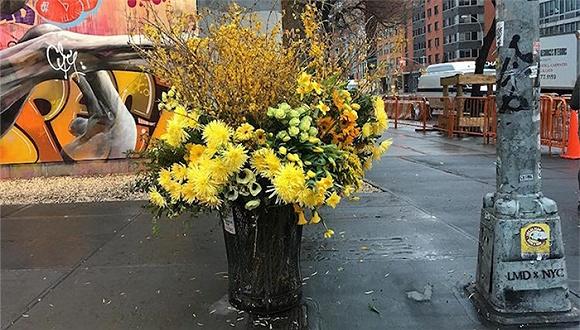 他把纽约的垃圾桶都变成了花瓶