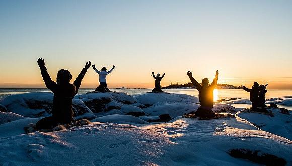 42度的高温瑜伽流行全球,瑞典人却搞了个零下17度的冰上瑜伽