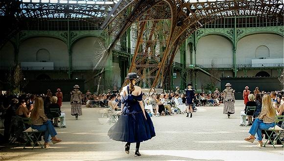 怎样讲述1930年代的巴黎故事?Chanel试着把铁塔搬进了秀场