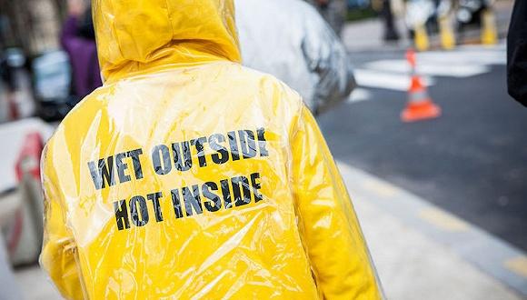 【衣帽间】不再狼狈 一件高颜值雨衣让你在下雨天照样有型