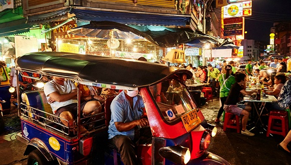 曼谷滋味:焚香、烤肉与Tuk-Tuk车尾气