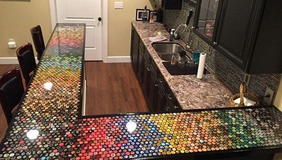 这个小哥收集了5年瓶盖来改造厨房