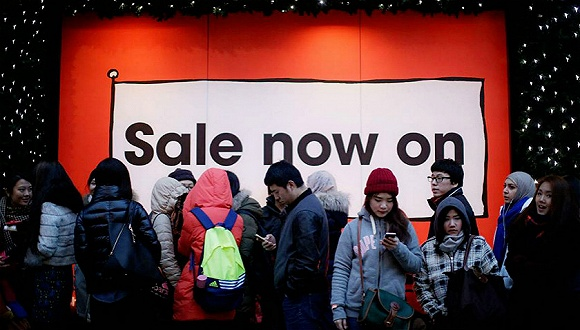 圣诞节第二天的传统购物日 英国人在严密安保下血拼