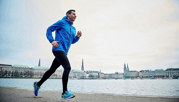 这个德国人沿着丝绸之路向中国文化迈出1850万步,用跑的